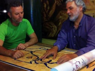 Miguel-Galindo-Vicepresidente-de-la-SAIS-y-Georgeos-Diaz-Montexano-Presidente-Emerito-trabajando-con-un-antiguo-mapa-griego-que-representa-a-Tartessos-en-Matalascaas--600x337