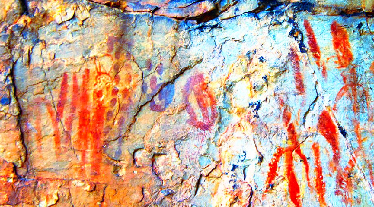 Inscripción ELA de Navezuelas Signos de Escritura Lineal Atlántica (ELA) pintados sobre un panel alto en la entrada de una cueva de Navezuelas, Geoparque Villuercas Ibores, Jara, Cáceres. Los signos son datados -por contexto y comparación de estilos- entre el 4000 y el 1000 AC. Fueron descubiertos el día 23 de Junio del año 2015 por D. Pedro Cortijo y D. Jaime Cerezo. Fotografía de Jaime Cerezo, 2015. Tal como se ha constatado en la inmensa mayoría de inscripciones ELA de la península ibérica,1 las voces aquí usadas son afrasiáticas. Las lenguas semíticas2, etíopes, chádicas, cusíticas, omóticas, bereberes y egipcias son todas afrasiáticas y descienden del Proto-Afrasiático, que según estimaciones recientes surgiría entre hace unos 13 000 y 11 500 años, aproximadamente, perdurando en el tiempo hasta hace unos 7000 o 6000 años.. Mientras que el Proto-Semítico se estima que podría haber surgido hace unos 7400 años, mientras que su descendiente directo, el Semítico, se hablaría en algunas regiones del Cercano Oriente, al parecer, hasta hace unos 4400 años (2400 AC.), en pleno auge de la expansión de la cultura peninsular calcolítica del Vaso Campaniforme, entre cuyos linajes maternos (ADNmit) y paternos (ADN-Y) se ha constatado que se hallaban individuos (en un importante porcentaje) típicos del Asia Menor y Cercano Oriente, que habían arribado antes a la península ibérica en tiempos del Neolítico, y que sin duda alguna serían hablantes de la misma lengua Proto-Semítica que hallamos en muchos ejemplos de inscripciones ELA y ELTAR.3