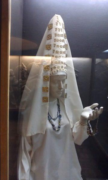 Reconstrucción de vestimenta y tocado alto cónico, típico de las damas y princesas escitas y escito-siberianas (Skythas), similar al usado entre las damas ibéricas, y que en la actualidad solo se halla presente -con diversas variantes- en las vestimentas tradicionales de muchas de las poblaciones Altaico/Túrquicas y en algunas de las Urálicas, influenciadas por las anteriores.