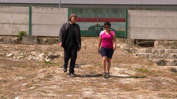 Estela Pérez Ruíz explicando sobre las excavaciones arqueológicas en Marroquíes Bajos al multipremiado cineasta israelí-canadiense, Simcha Jacobovici.