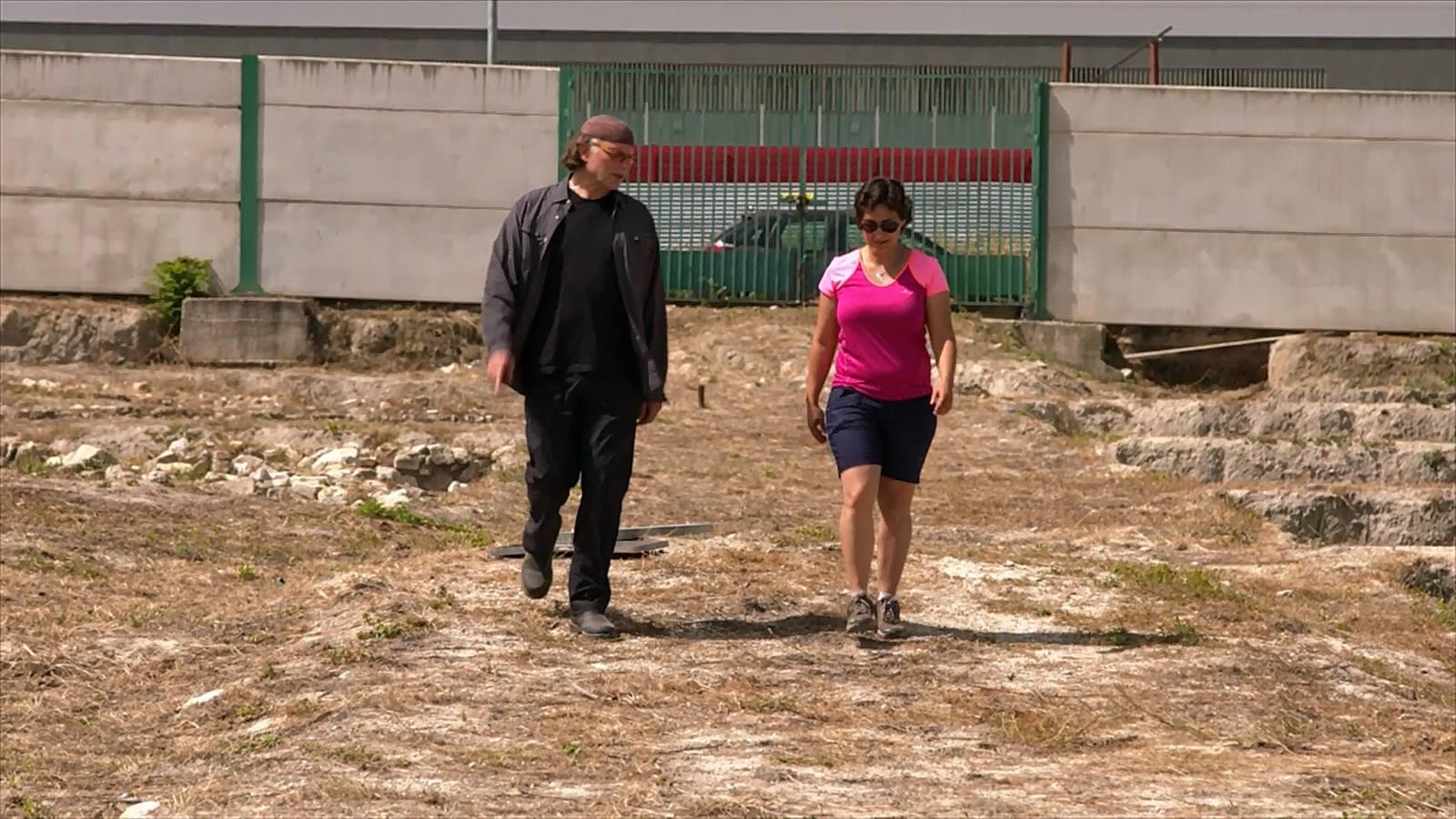 Estela Pérez Ruiz explicando Maroquíes Bajos al multipremiado cineasta iasraelí-canadiense, Simcha Jacobovici,