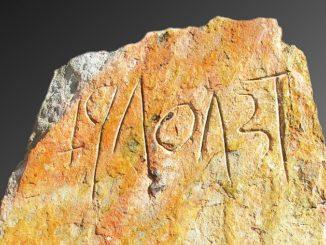 Estela con presunta inscripción antigua del tipo de escritura sudlusitana o tartessia del Suroeste de Iberia hallada en Loulé, Portugal. Fotografía: cortesía de Sul Informaçao, Julio, 2018.